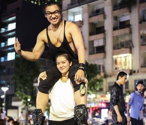 Dân mạng chia sẻ bức ảnh cô gái 43 kg nâng bạn trai 80 kg